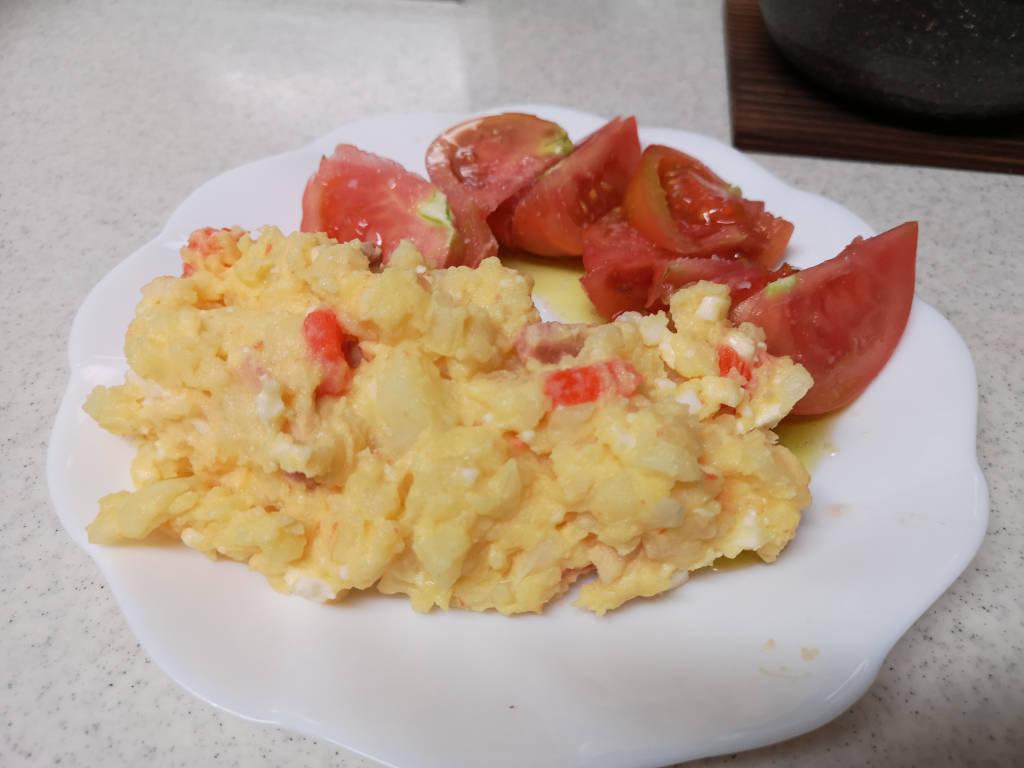ポテトサラダとトマト(アップ)
