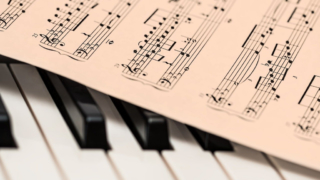 ピアノと楽譜(Pixabayより)